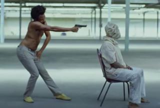 Дональд Гловер расстреливает школьников в новом клипе This IsAmerica