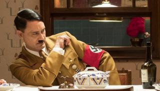 Первое фото Тайки Вайтити в роли Адольфа Гитлера