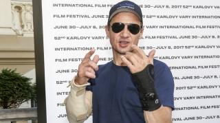 Джереми Реннер рассказал о травмах на съёмках «Ты водишь!»